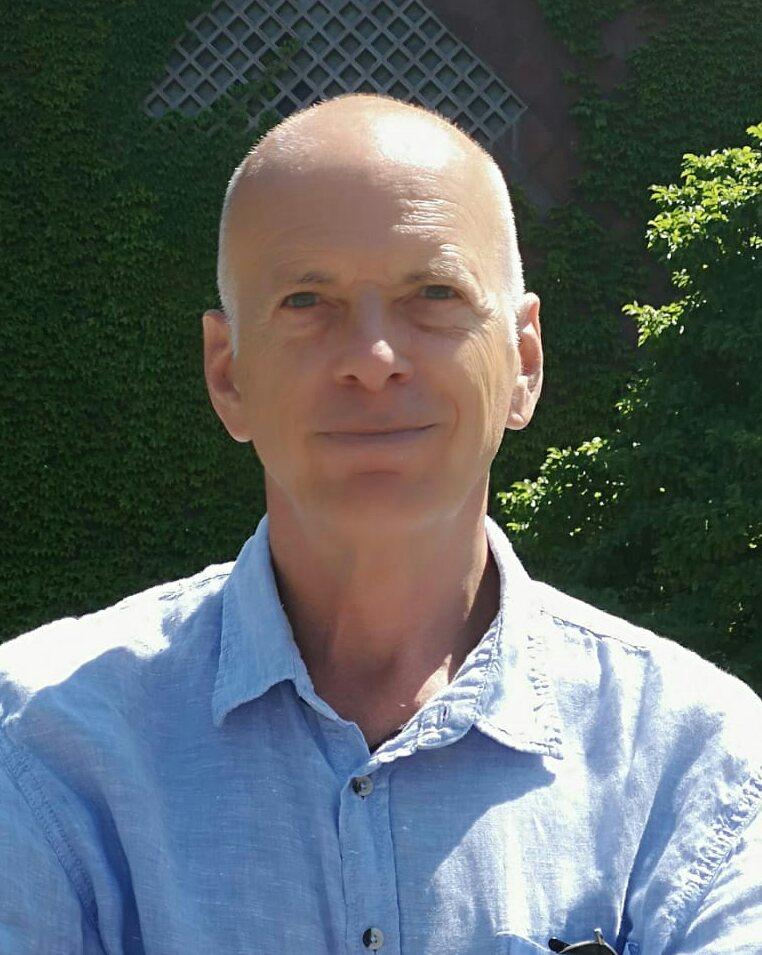 Tom Hellblaues Hemd Ausschnitt
